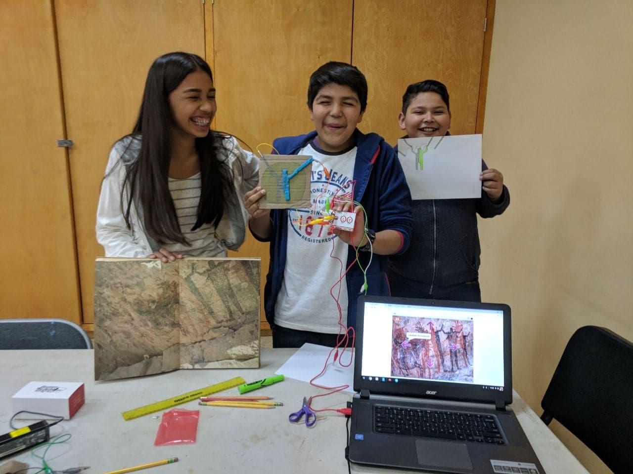 Chicos persentando su proyecto sobre pinturas rupestres