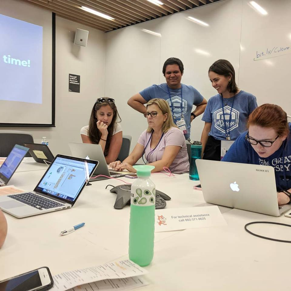 Participantes trabajando en su proyecto
