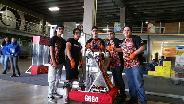 Jóvenes del equipo de robótica INNOBOTICS promoviendo la ciencia y la tecnología en el estado